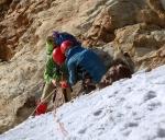 Навеска снаряжения на снежном склоне в Грайских Альпах